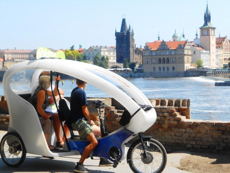 И так можно путешествовать по Праге