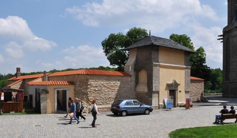 Слева вход на смотровую площадку