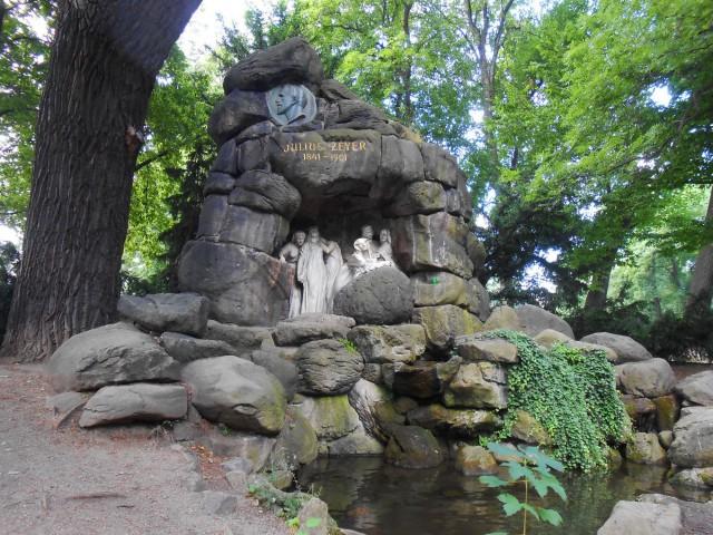 Памятник-грот, посвящённый Юлиусу Зейеру