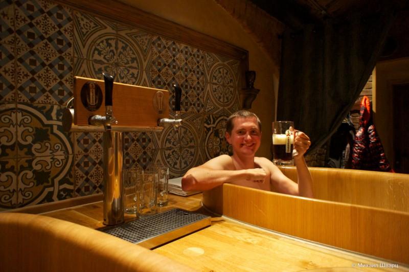 Принимаю пивную ванну и пью пиво
