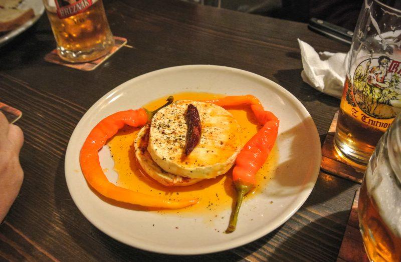 Nakládaný hermelín – маринованный сыр гермелин с добавлением лука и специй, залитый растительным маслом