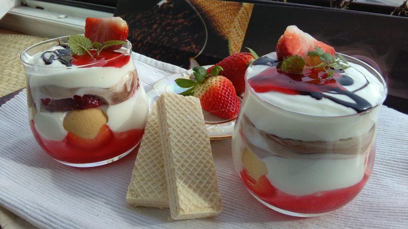 Zmrzlinový pohár s čerstvým ovocem - мороженое с фруктами
