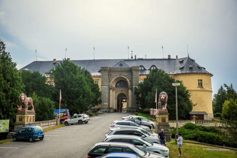 Ворота в замок охраняют 2 льва