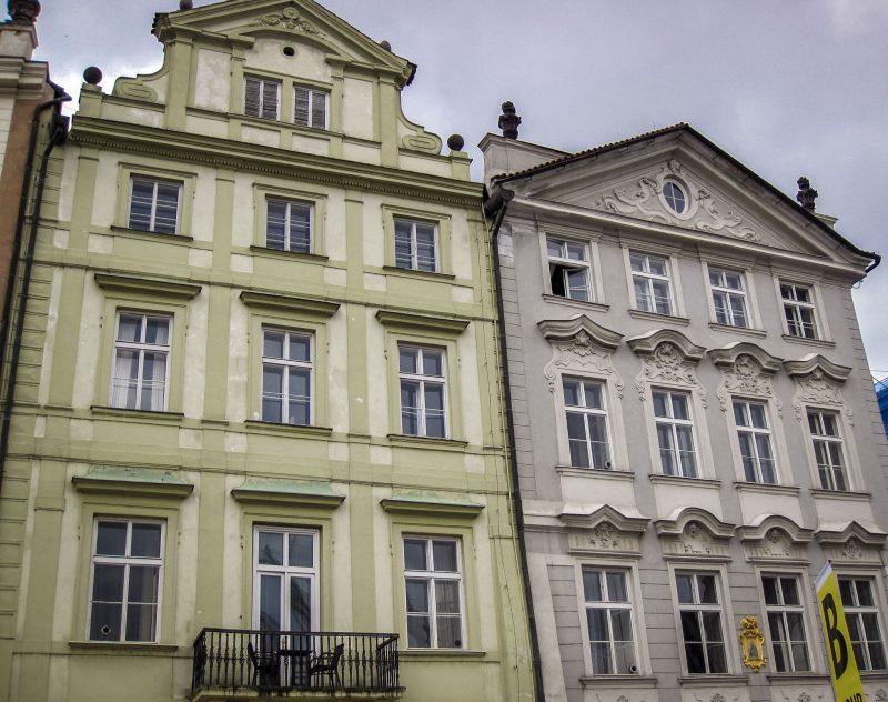 Дом У Лазаря (слева) и Дом У золотого единорога (справа)