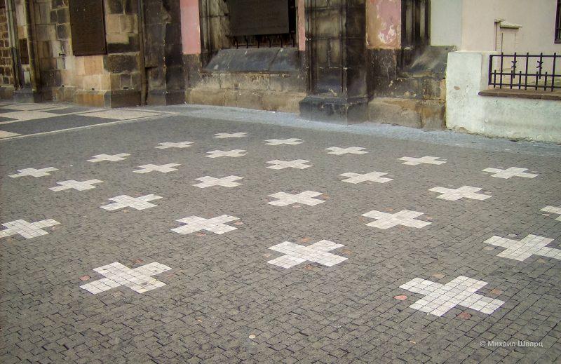 27 крестов в память о чешских «панах», казненных здесь после битвы на Белой горе
