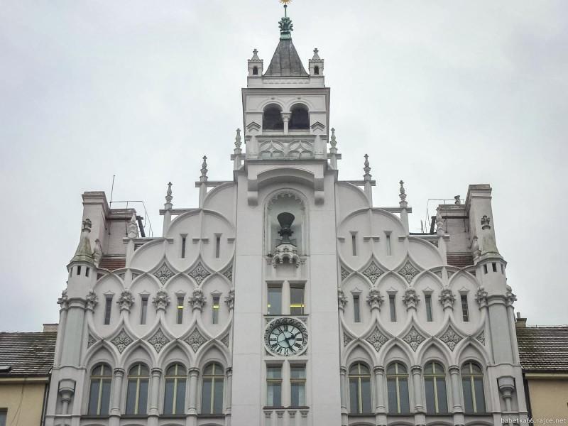 На фасаде видно смешение архитектурных стилей