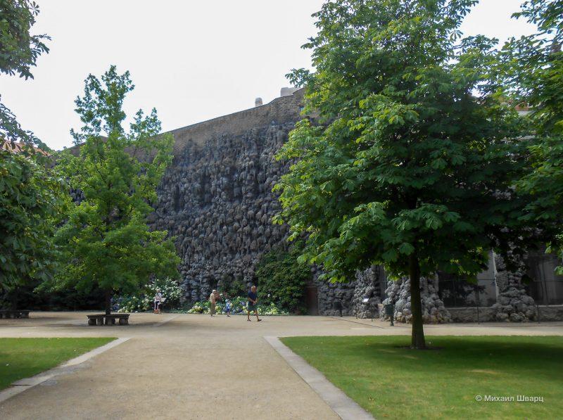 Искусственная сталактитовая стена