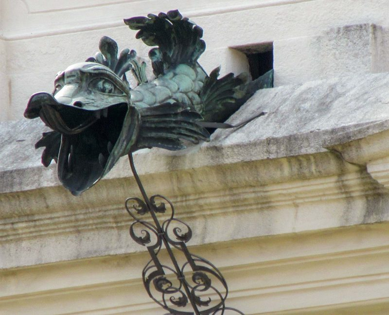 Горгулья на фасаде монастыря