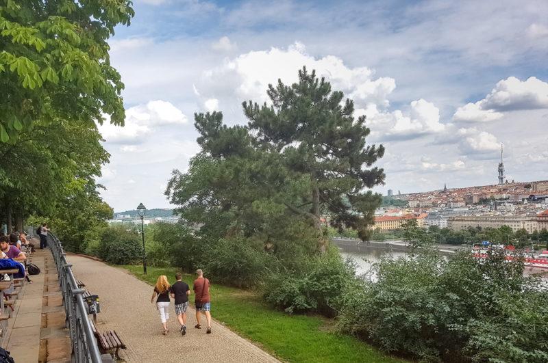 Вид на Прагу из Пивного сада в Летне