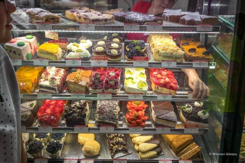 Большой выбор вкусняшек в кафе Ovocný Světozo