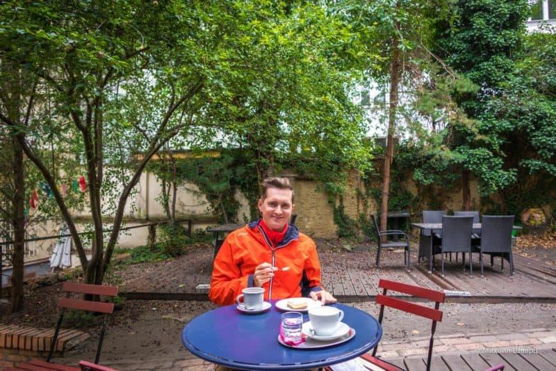 В тихом тенистом саду кафе Kavárna Čekárna