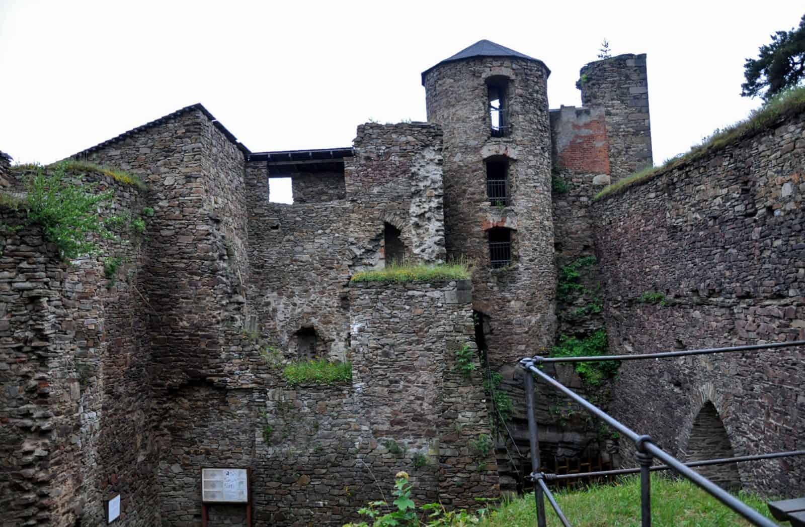 Третий двор с часовней, лестничной башней и старым дворцом с башнями
